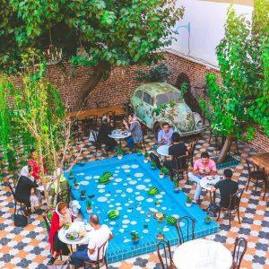 حیاط کافه گوذویاس- کافه های روباز تهران - دیدو